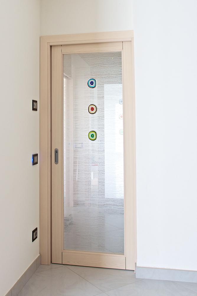 Porta decorata con formelle conselvetro - Porte a vetro decorate ...