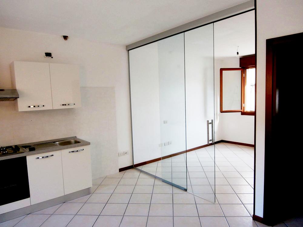 Divisorio in vetro per trasformare un monolocale in - Cucine con vetrate ...